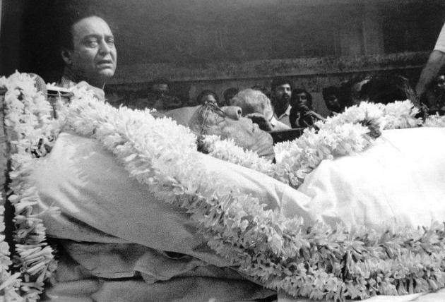 "Satyajit Ray's funeral. Photo from the newspaper Anandabazar Patrika dated 24th April 1992.  Photography by Tarapada Bandopadhyay. Courtesy: Riddhi Goswami (found on the Facebook page ""FeludaSeries"""